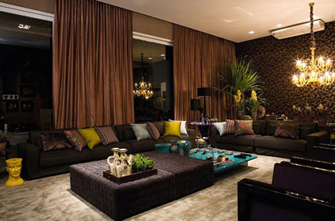 sala paredes altas con cuadros verticales o cortinas altas